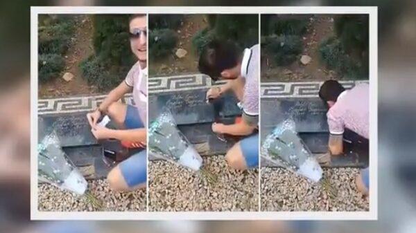 Un hombre esnifa cocaína en la tumba de Pablo Escobar