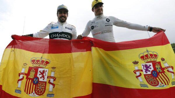 Fernando Alonso y Carlos Sainz posan con la bandera española en Montmeló