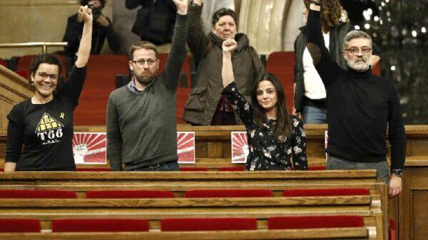 Los cuatro diputados de la CUP con el puño en alto en el Parlament