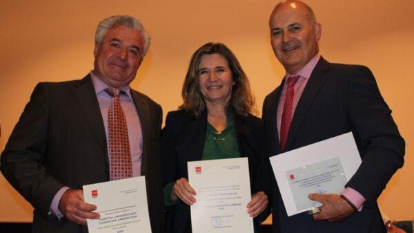 Los doctores Zamora, Del Campo y Gómez con la acreditación