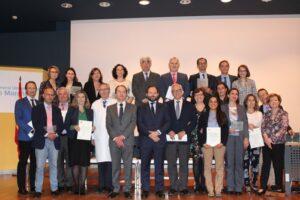 Foto de familia de los representantes de los hospitales acreditados en la categoría Oro