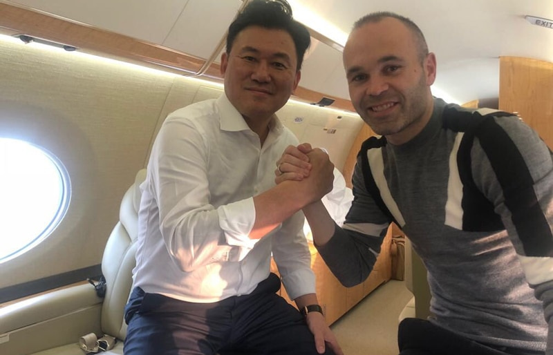 Andrés Iniesta y Hiroshi Mikitani rumbo a Japón