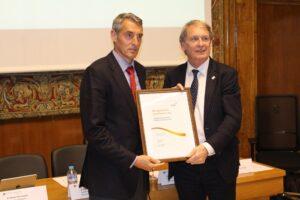 Leon Tossaint entregó el reconocimiento de excelencia a Juan Álvaro de la Parra