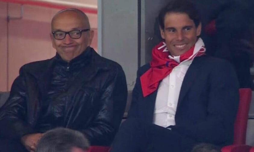 Rafa Nadal con una camiseta del Atlético al cuello en el palco del Wanda Metropolitano