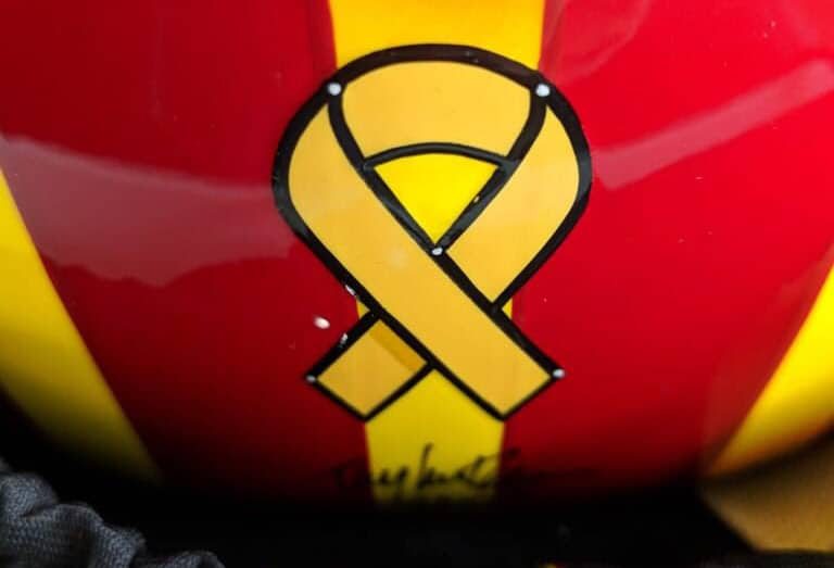 Lazo amarillo en la parte trasera del caso de Oriol Servià