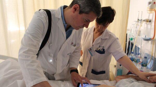 El radiólogo Julio Contreras realizando una ecografía abdominal