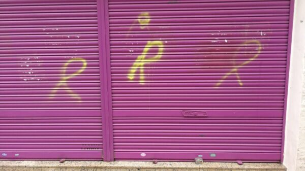La tienda de los padres de Albert Rivera con pintadas de lazos amarillos