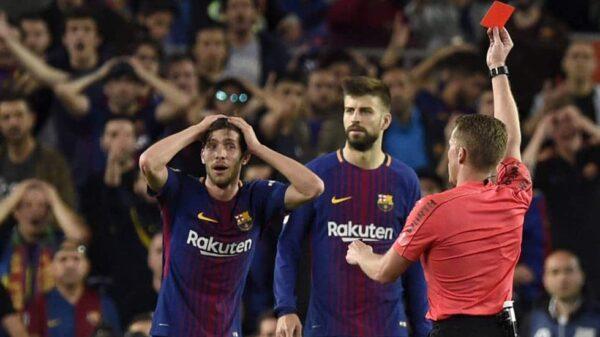 El árbitro Hernández Hernández muestra la tarjeta roja a Sergi Roberto
