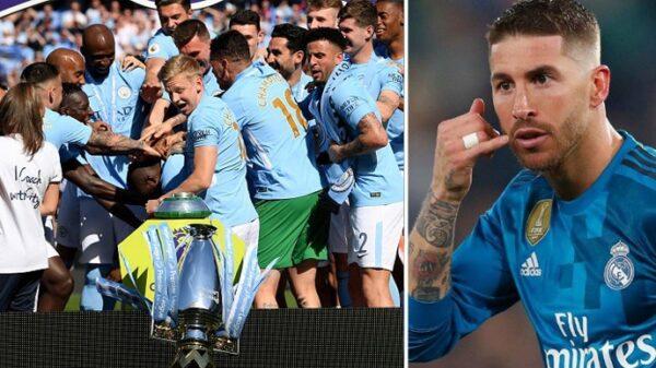 El trofeo de la Premier League en el momento en el que se cae y Sergio Ramos