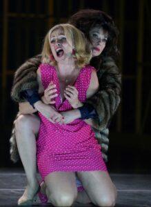 La mezzosoprano Noëmi Nadelmann ('condesa De la Roche') y la soprano Susanne Elmark ('Marie')