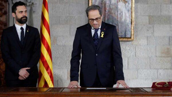 Quim Torra durante la toma de posesión como presidente de la Generalitat, con Roger Torrent, presidente del Parlament, a su lado
