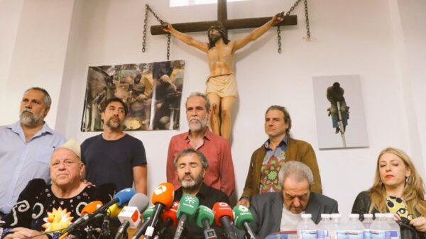 Willy Toledo arropado por Carlos Bardem y Alberto San Juan entre otros, en la parroquia de San Carlos Borromeo