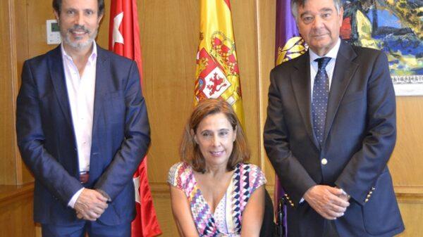 De izquierda a derecha: Juan Carlos González-Luque, subdirector adjunto de Investigación e Intervención de la Dirección General de Tráfico, Mar Cogollos Paja, directora de la Asociación por la prevención de accidentes de tráfico Aesleme, y Luis González Díez, presidente del COFM.
