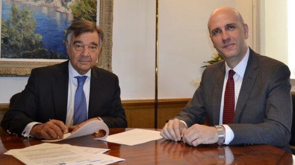 Luis J. González Díez, presidente del COFM, y Julián Romero, director del grado de Farmacia de la Facultad de Ciencias Experimentales de la Universidad Francisco de Vitoria