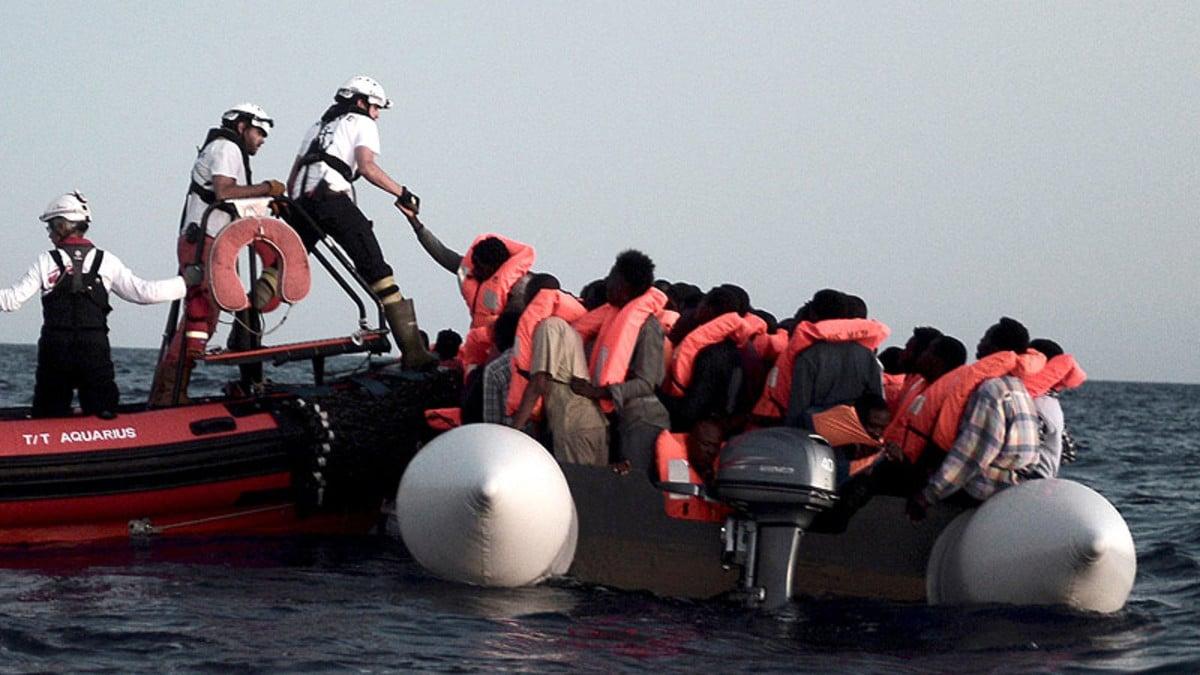Rescate de algunos de los migrantes que traslada el barco Aquarius