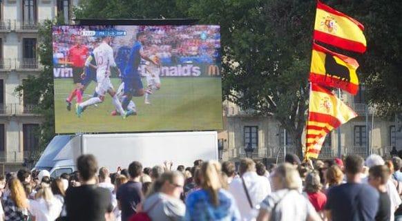 Seguidores de la selección española ven un partido contra Italia en Plaza Cataluña.