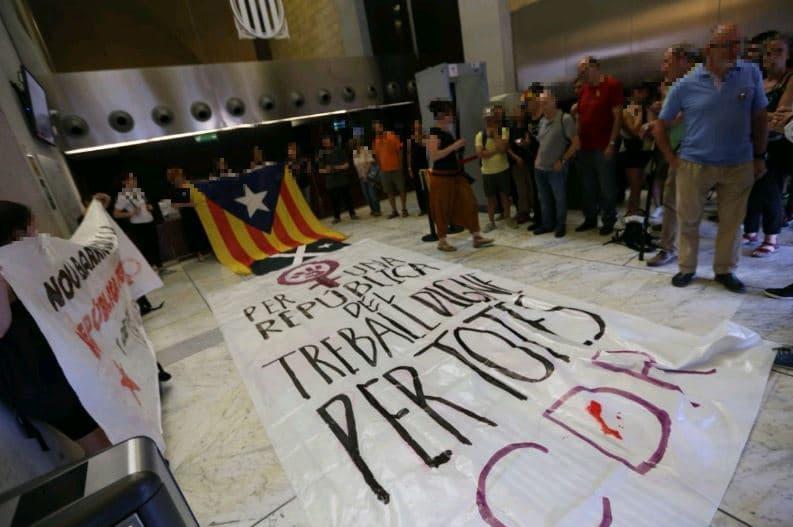 CDR de Nou Barris despliegan una pancarta en la Consejería de Trabajo