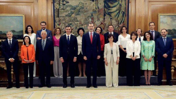Foto de familia de los nuevos ministros y ministras con el Rey