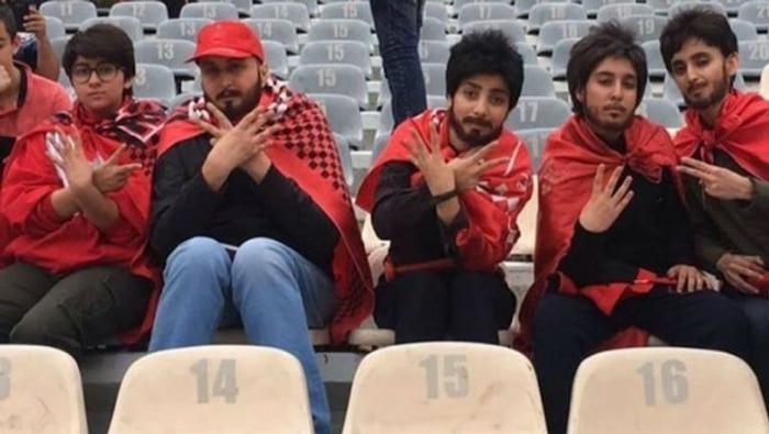 Mujeres disfrazadas para entrar en un estadio