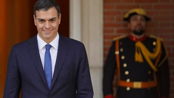 Pedro Sánchez en la entrada principal de La Moncloa
