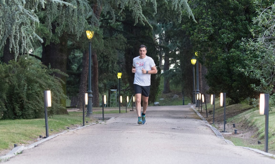 Pedro Sánchez corriendo por La Moncloa