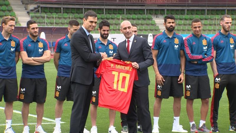 Pedro Sánchez junto a Luis Rubiales durante su visita a la selección española