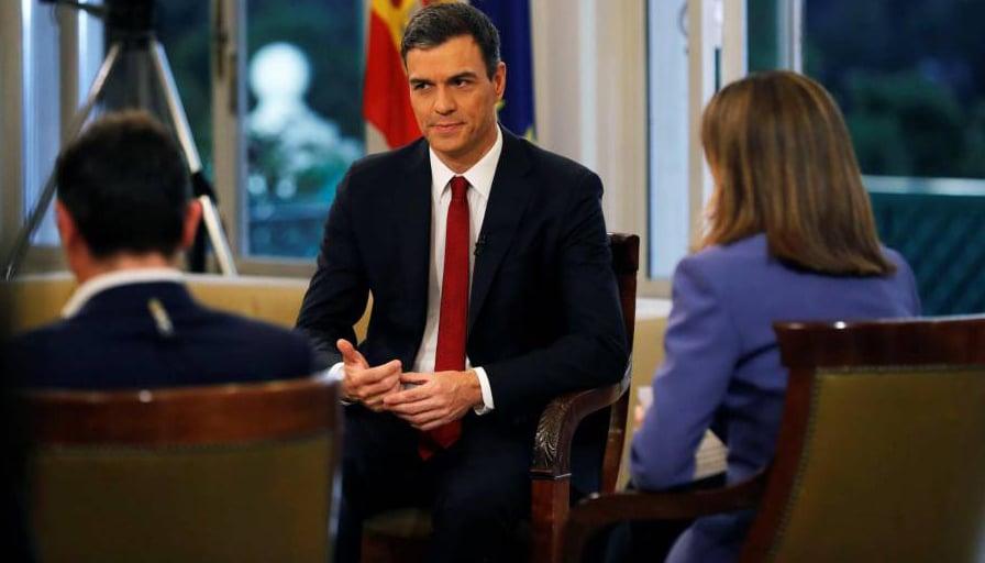 Pedro Sánchez, junto a Sergio Martín y Ana Blanco, antes de la entrevista en TVE