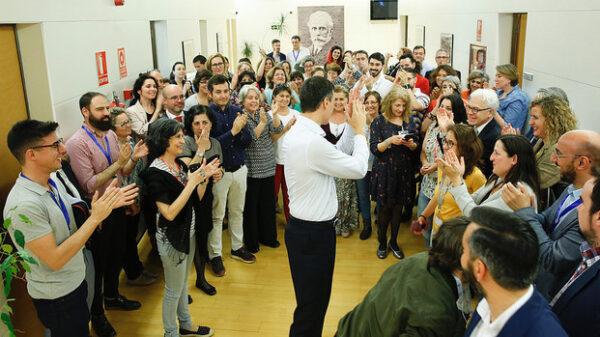Pedro Sánchez y su equipo celebrando la investidura