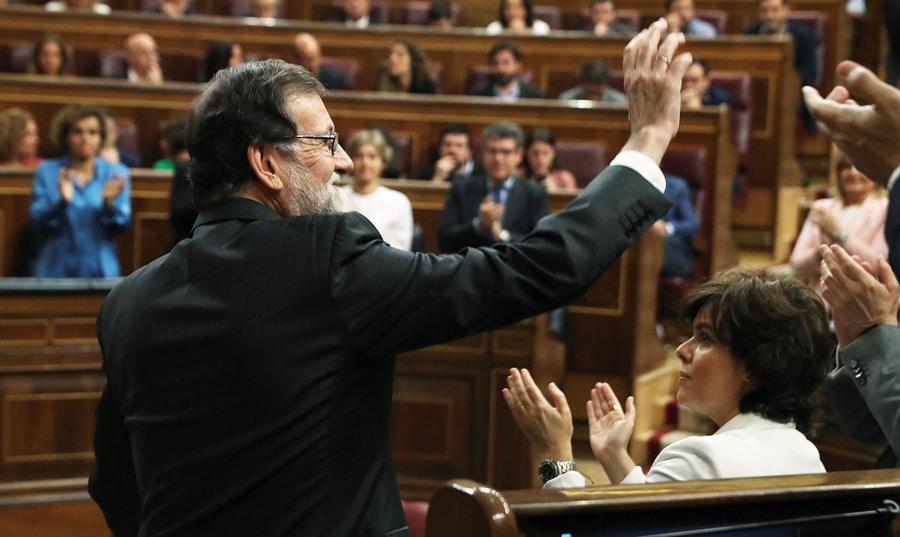 Mariano Rajoy agradece los aplausos a los diputados del PP