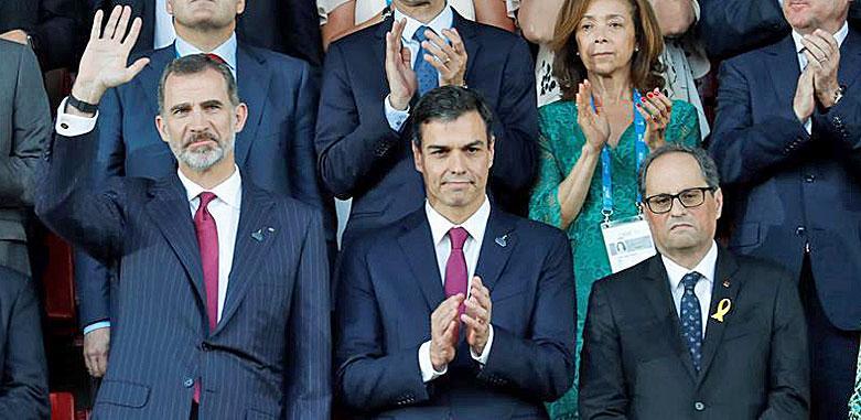 El Rey, Pedro Sánchez y Quim Torra en el palco de autoridades durante la inauguración de los Juegos del Mediterráneo