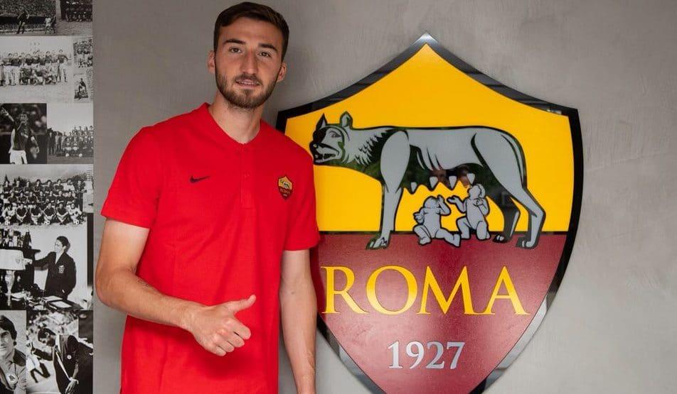 Bryan Cristante posando con el escudo de la Roma