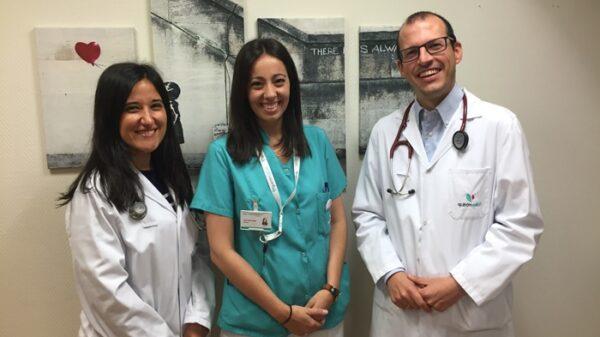 Los Dres. Mª Luisa Martín y Gonzalo Pizarro y la enfermera Ainara Arreza (en el centro)