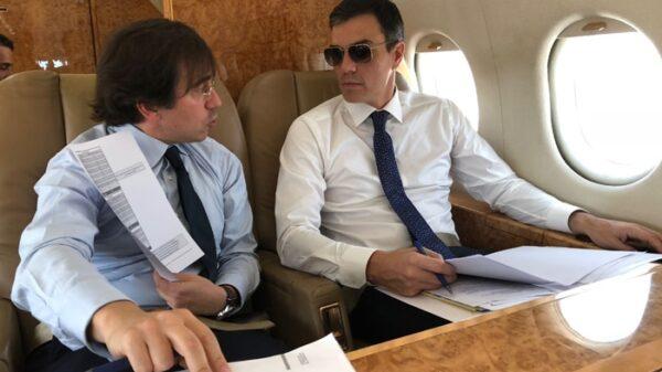 Pedro Sánchez en el avión Falcon