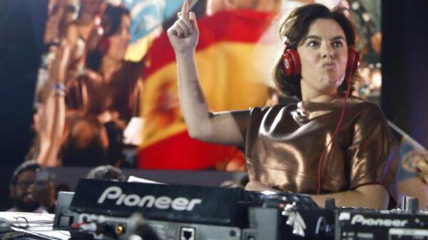 Soraya Sáenz de Santamaría haciendo de DJ en una celebración electoral en Génova
