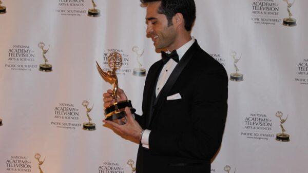 Antonio Texeira con su Emmy
