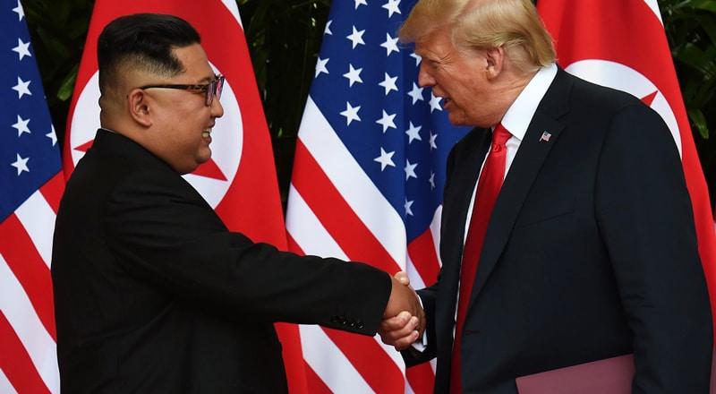 Histórico apretón de manos entre Kim Jong Un y Donald Trump