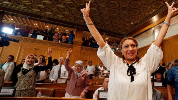 Souad Abderrahim celebra su elección como alcaldesa de Túnez