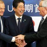 Donald Tusk, Shinzo Abe y Jean-Cleaude Juncker durante el acto de firma del acuerdo