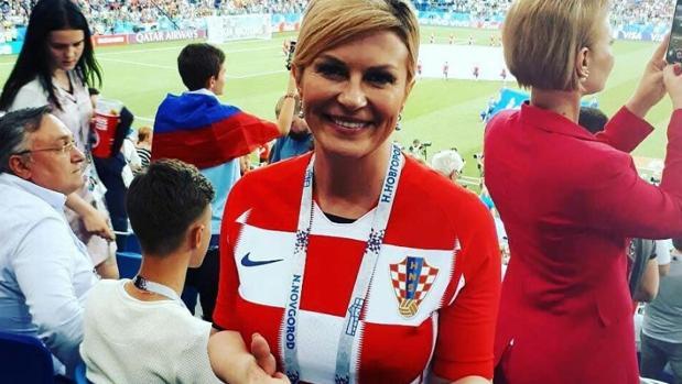 Kolinda Grabar-Kitarović con la camiseta de Croacia en un partido de este Mundial