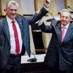 El presidente de Cuba, Miguel Díaz-Canel, y su predecesor en el cargo, Raúl Castro
