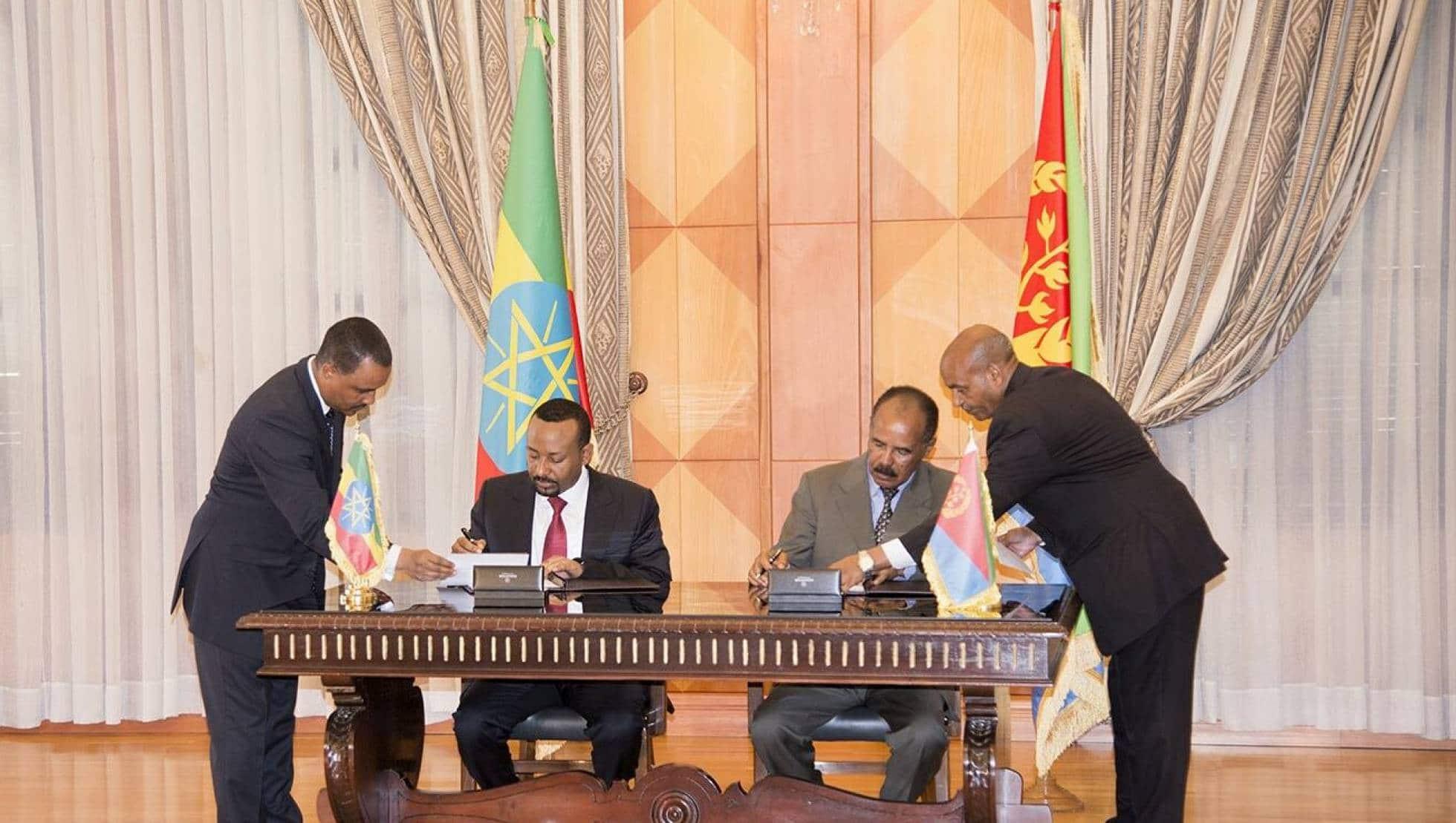 El presidente etíope, Abiy Ahmed, y el presidente de Eritrea, Isaias Afwerk, firman una declaración conjunta este lunes en Asmara (Eritrea)