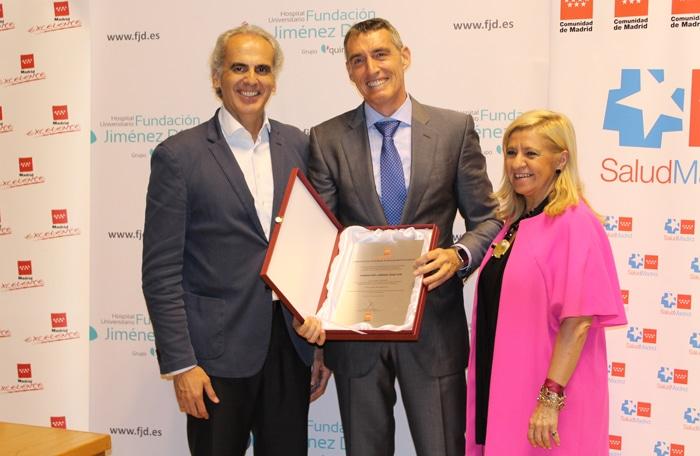 El consejero de Sanidad entregó al gerente de la FJD la placa acreditativa del reconocimiento de Madrid Excelente, junto a su directora general