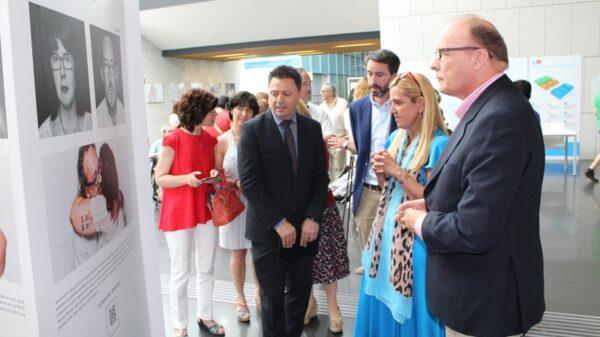 El vicepresidente de la Plataforma explicó la estructura de la muestra a la alcaldesa y al director asistencial del Hospital General de Villalba
