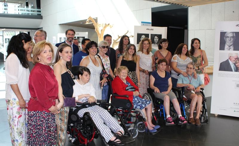 Numerosos pacientes afectados y familiares acudieron a la inauguración de la exposición