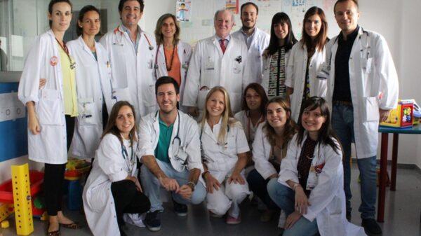 El Dr. Enrique de la Orden (de pie, 3º por la izquierda), con el resto del equipo del Servicio de Pediatría del HUIE