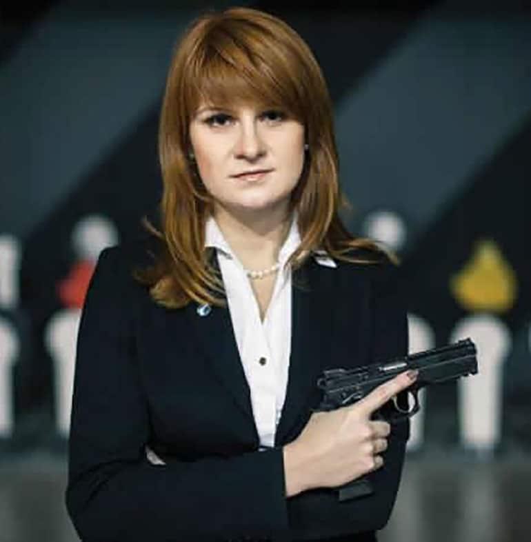 Maria Butina, siempre posando con armas