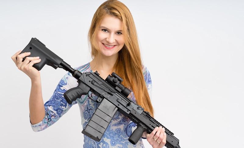 María Butina portando un arma
