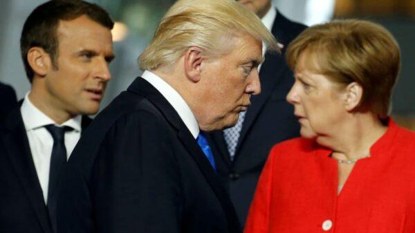 Donald Trump pasa por delante de Enmanuel Macron y Angela Merjel en una cumbre de la OTAN