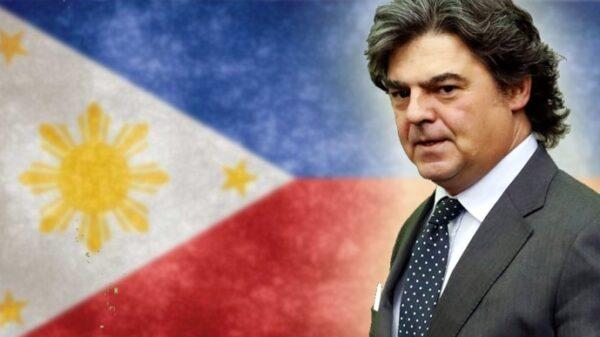Jorge Moragas y la bandera de Filipinas