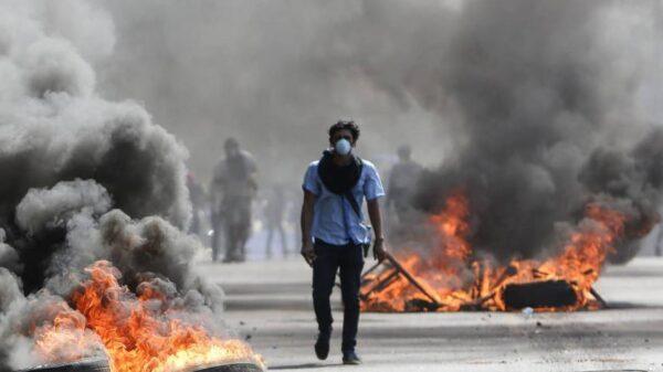 Un manifestante camina entre barricadas en Managua (Alfredo Zúñiga, AP)